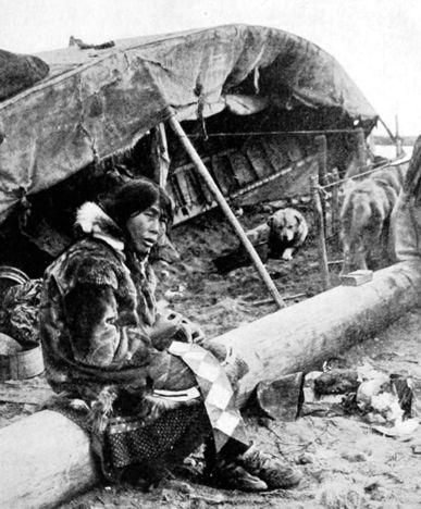 Эскимосская женщина и щенок, 1910 год